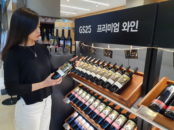 A customer examines the wine shelf at the GS25 convenience store in the Parnas Mall branch. [GS RETAIL]