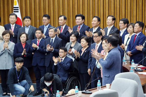 Future Korea Party members hold a meeting and approve a merger with the Unified Future Party on Tuesday.  [YONHAP]