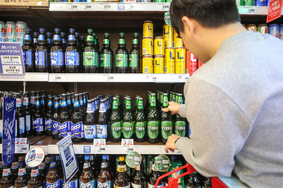 Various alcoholic beverages, including beer and makgeolli, are displayed on the shelves of the liquor section in a retail store in Seoul. The government revised the taxation system for alcohol last January, the first revision in 50 years. [NEWS1]