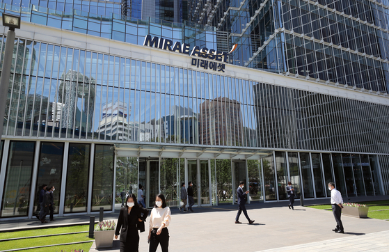 Mirae Asseet headquarters in central Seoul on Wednesday.The country's largest brokerage firm has been hit with a fine for shifting business to a company owned by founder and chairman Park Hyeon-joo. [YONHAP]