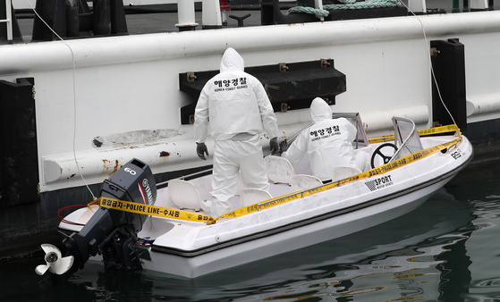 Maritime police on Monday inspect a boat discovered at a beach in Taean, South Chungcheong, on Saturday. [YONHAP]<br>