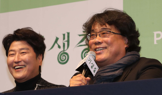 "Actor Song Kang-ho and director Bong Joon-ho answer questions during a press event at the Westin Chosun Seoul Hotel, central Seoul, after ""Parasite"" won four Oscars at the 92nd Academy Awards. [JOONGANG ILBO]"
