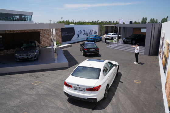 Reporters drove a BMW vehicle through a temporary structure set up in the middle of a racing track at a speed of 10 km/h where the facelifted 5 and 6 Series models were on display. [BMW KOREA]