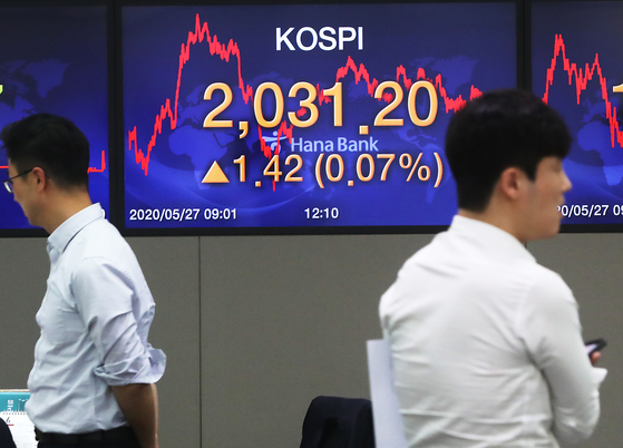 The final Kospi is displayed on the screen inside a dealing room at Hana Bank headquarters in Myeong-dong, central Seoul, Wednesday. The benchmark Kospi closed at 2,031.20 points up 1.42 from the previous trading session. [YONHAP]