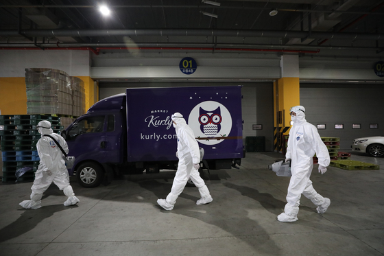 Workers head to Market Kurly's distribution center in Songpa District in southern Seoul to disinfect the center after an employee who worked there on May 24 was confirmed to be a coronavirus patient on Wednesday. [NEWS1]