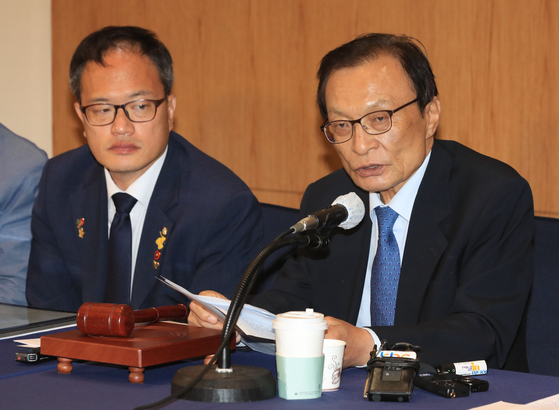 Democratic Party Chairman Lee Hae-chan, right, speaks at the party's leadership meeting on Wednesday.  [YONHAP]