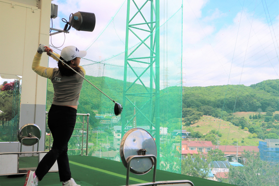 Kim Sei-young watches her shot while practicing at a range at 88 Country Club in Yongin, Gyeonggi on May 19. [SHIN JA-YOUNG]