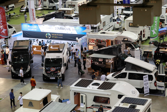 Visitors to the 2020 Korea Camping Car Show hosted by the Korea Recreation Vehicle Industry Association look at various camping cars on Thursday at Busan Exhibition and Convention Center in Haeundae District, Busan. With a total of 390 booths, 38 companies are participating in the event for four days until Sunday, showing off RVs, trailers and various camping items. [YONHAP]