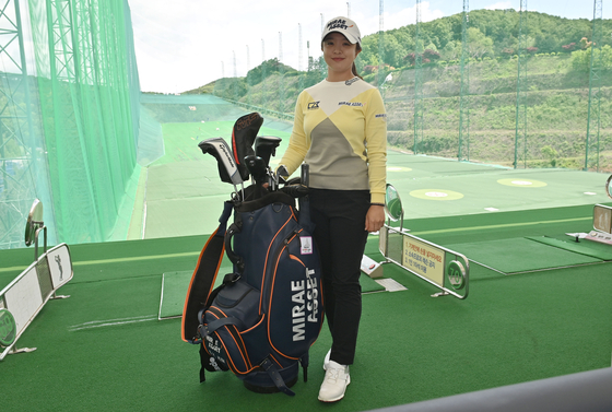 Kim Sei-young poses for a photo with her golf bag at a practice range at the 88 Country Club in Yongin, Gyeonggi on May 19. [SHIN JA-YOUNG]