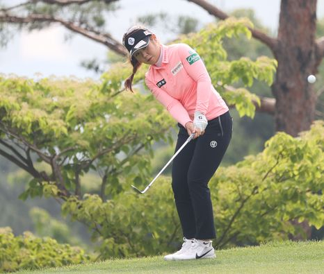 Lee So-young hits her chip shot during the first round of the 8th E1 Charity Open at the South Springs Country Club in Icheon, Gyeonggi on Thursday. [NEWS1]