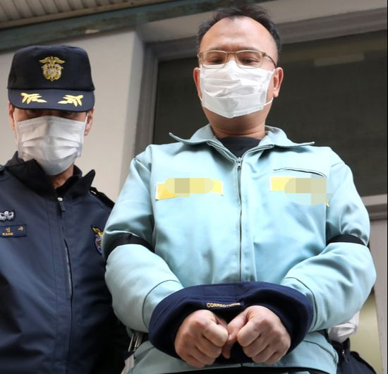 Yang Jin-ho, an executive convicted for multiple crimes including assault and animal cruelty, is led out of a court hearing last week with his hands bound by ropes. [YONHAP]