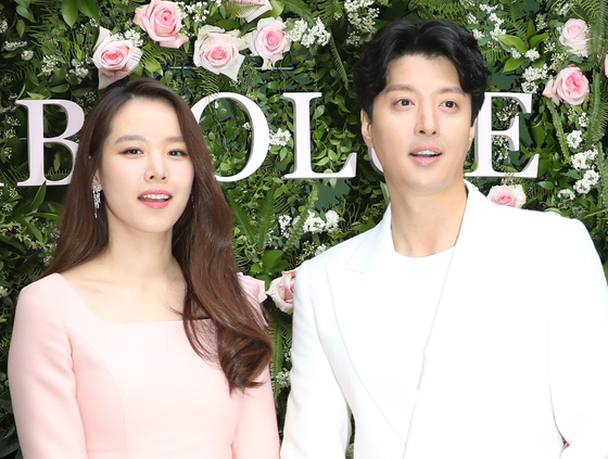 Celebrity couple Jo Yoon-hee, left, and Lee Dong-gun have officially split after being married for three years. [ILGAN SPORTS]