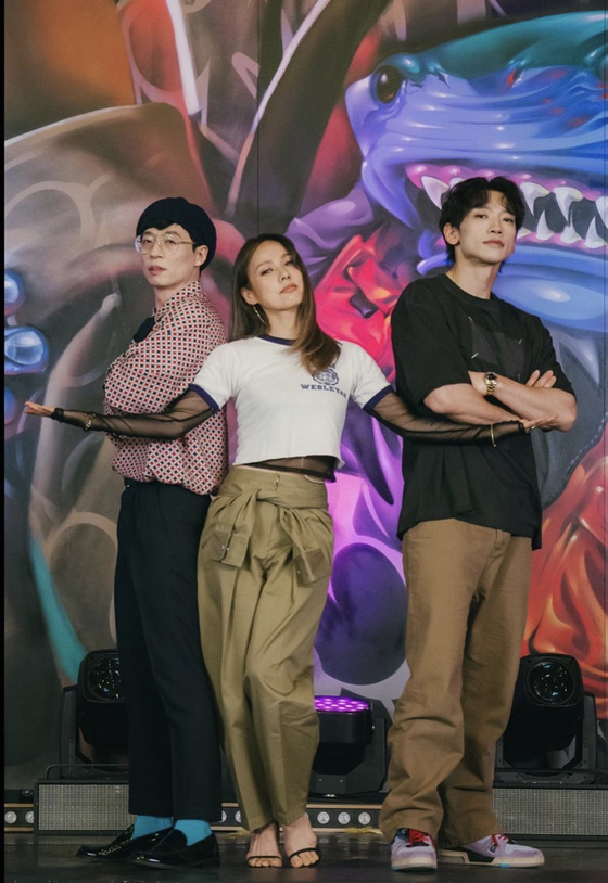 """A preview from the upcoming episode for MBC variety show """"Hangout With Yoo"""" on Saturday. From left, Yoo Jae-suk, Lee Hyori and Rain pose on stage as they practice as part of their newly formed mixed-gender group. [MBC]"""