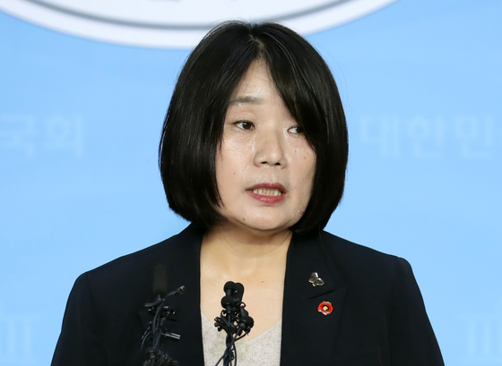 Democratic Party lawmaker-elect Yoon Mee-hyang holds a press conference at the National Assembly on Friday.  [YONHAP]