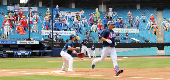 Inflatable characters are seen in the stands Sunday at Jamsil Baseball Stadium in Songpa District, southern Seoul, while the Doosan Bears face off against the Lotte Giants. The KBO last Thursday announced plans to continue no-spectator games for several more weeks after recent spikes in Covid-19 cases in Korea. [YONHAP]