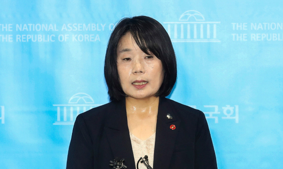Rep. Yoon Mee-hyang, a lawmaker-elect of the ruling Democratic Party, answers questions from reporters about a number of allegations against her, including her potential misuse of donations for the Korean Council for Justice and Remembrance for the Issues of Military Sexual Slavery by Japan, a civic group headed by Yoon, last Friday at the National Assembly. [YONHAP]