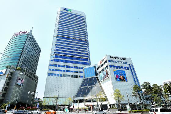 Doosan Tower in central Seoul in April. [YONHAP]