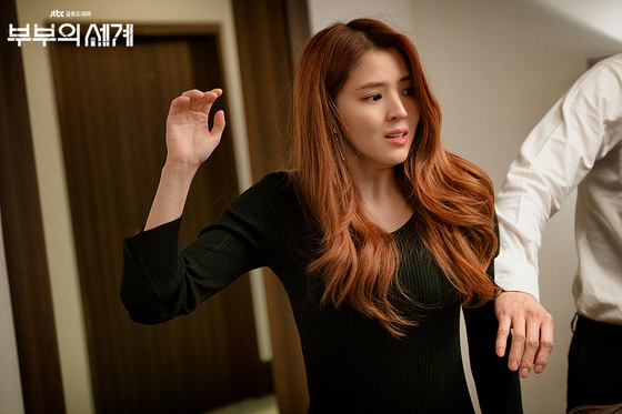 Da-kyung stares at Sun-woo in hatred after she reveals to her parents that she's pregnant with Tae-oh's child. [JTBC]