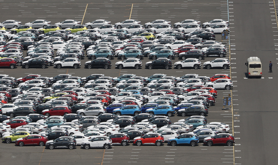 Hyundai Motor vehicles are ready to be exported at a dock in Ulsan in April. Korea's automobile exports continues to suffer as major markets including the United States are hit hard by the coronavirus pandemic. [YONHAP]