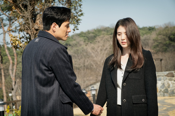 """Scene from """"The World of the Married,"""" where Da-kyung (played by Han So-hee) leaves Tae-oh (played by Park Hae-jun) after realizing there's no future with him. [JTBC]"""