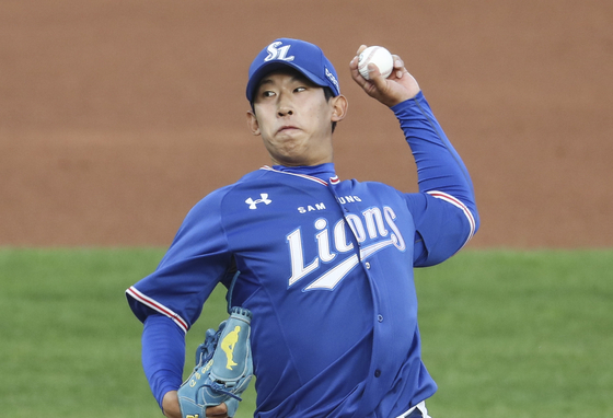 Samsung Lions rookie pitcher Heo Yun-dong throws a pitch during a game against the Lotte Giants at Sajik Baseball Stadium in Busan on May 28. [YONHAP]