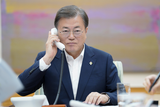 President Moon Jae-in talks to U.S. President Donald Trump over the phone on Monday. The two leaders had a 15-minute phone talk starting 9:30 p.m. on Monday at the request of Trump. [Blue House Press Corps]