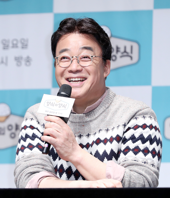 """Food entrepreneur and chef Baek Jong-won speaking at a press event for the JTBC variety show """"Manners of Taste"""" in November 2019. [NEWS1]"""