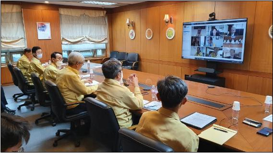 Second Vice Foreign Minister Lee Tae-ho, third from right, and other officials hold a videoconference at the Foreign Ministry in central Seoul on Tuesday with heads of eight Korean missions in the United States to discuss preventing damages to Korean-run businesses amid nationwide protests. [FOREIGN MINISTRY]