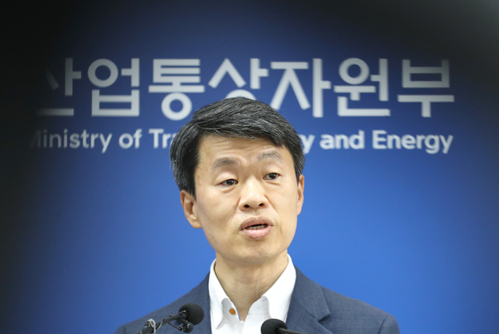 Na Seung-sik, head of the Korean Ministry of Trade, Industry and Energy's office of international trade and investment, announces Korea's decision to move forward with its World Trade Organization (WTO) complaint against Japan at the Korean government office in Sejong on Tuesday. [YONHAP]