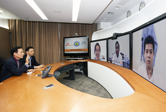 SK Telecom Vice President Shim Sang-soo left, discusses the project to build a security control system in Myanmar's National Cyber Security Center with its Director Ko Ye Naing Moe, second from right. [SK TELECOM]