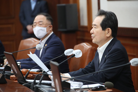 Finance Minister Hong Nam-ki, left, and Prime Minister Chung Sye-kyun in a cabinet meeting in central Seoul on Wednesday where the government announced on the size of the third supplementary budget for this year. [YONHAP]