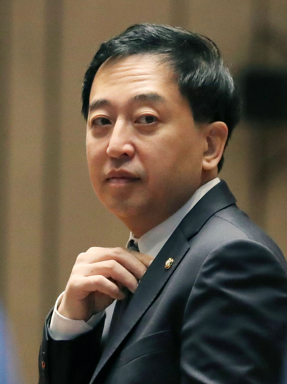 Keum Tae-sup attends a general assembly of lawmakers of the ruling Democratic Party on Feb. 18. The party recently punished Keum, now a former lawmaker, for abstaining from voting on a bill to establish a new investigation agency for senior public servants instead of supporting it.   [YONHAP]