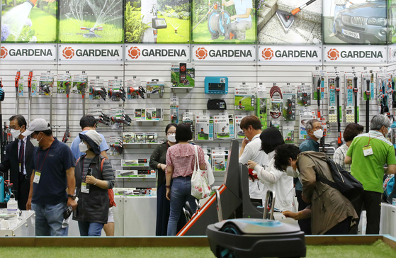 Visitors look at gardening tools at the Korea Landscape Garden Expo held at Coex Mall in Gangnam District, southern Seoul on Wednesday. This is the first large-scale event at Coex Mall after it was temporarily suspended from holding large scale events due to the coronavirus outbreak. The exhibition will feature indoor and outdoor landscaping and gardening tools until Friday. [YONHAP]