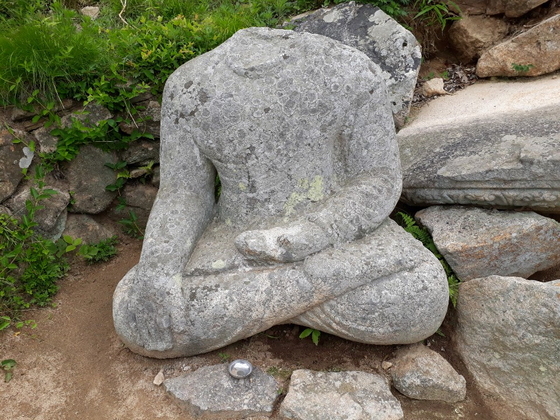Body of the Buddha statue in Gyeongju missing its head. [CULTURAL HERITAGE ADMINISTRATION]