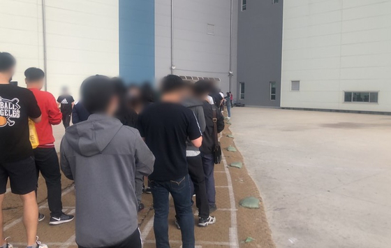 People line up to enter Coupang's Dongtan distribution center in Hwaseong, Gyeonggi, on Monday morning. [CHAE HYE-SEON]