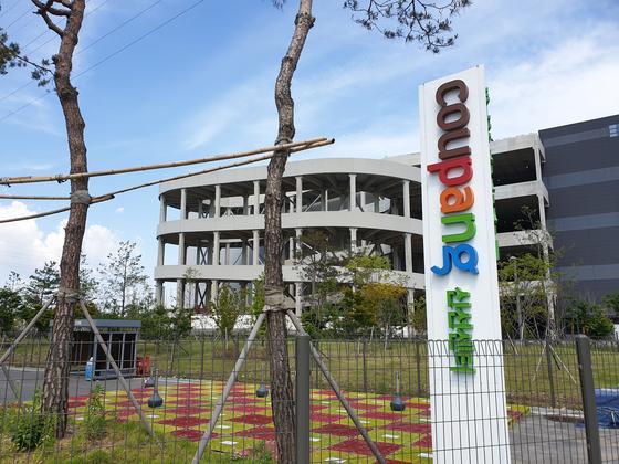 Coupang Bucheon distribution center is shut down for two weeks from May 25. [SHIM SEOK-YONG]