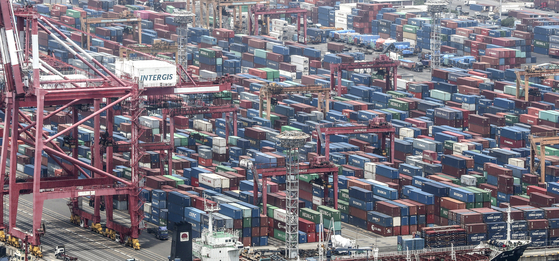 Korea's current account recorded a $3.12 billion deficit in April, the worst figure in nearly a decade, as the coronavirus pandemic put a dent in the country's exports. [YONHAP]