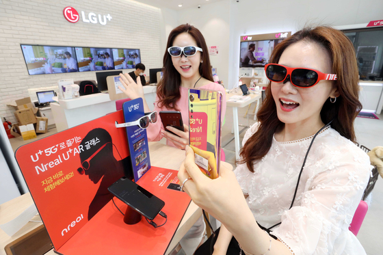 Models test Nreal's augmented reality glasses, Light. [LG U+]