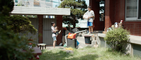 Han-gyeol and Go-woon (played by actor Park Jeong-yeon) decide to settle in this home for good, having nowhere to go. [JIFF]