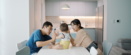 """The first scene from the film """"Homeless."""" Han-gyeol, Go-woon and their baby Woo-rim take a look around the model house on display, longing for such home. [JEONJU INTERNATIONAL FILM FESTIVAL]"""