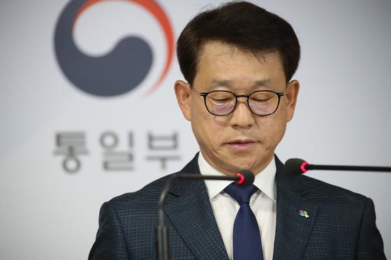 Unification Ministry spokesman, Yoh Sang-key, gives a press briefing on Thursday. [YONHAP]