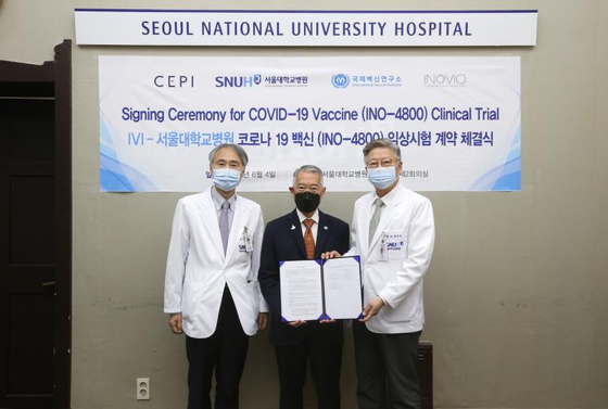 From left, Seoul National University Hospital (SNUH) Prof. Oh Myoung-don, International Vaccine Institute (IVI) Director General Jerome Kim and SNUH President Kim Yon-su pose for a photo at the signing ceremony ahead of Covid-19 vaccine clinical trials at the hospital in central Seoul, Thursday. [INTERNATIONAL VACCINE INSTITUTE, SEOUL NATIONAL UNIVERSITY HOSPITAL]