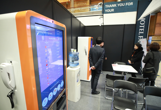 A foreign exchange vending machine displayed at the Hotel Fair at COEX in 2019. [YONHAP]