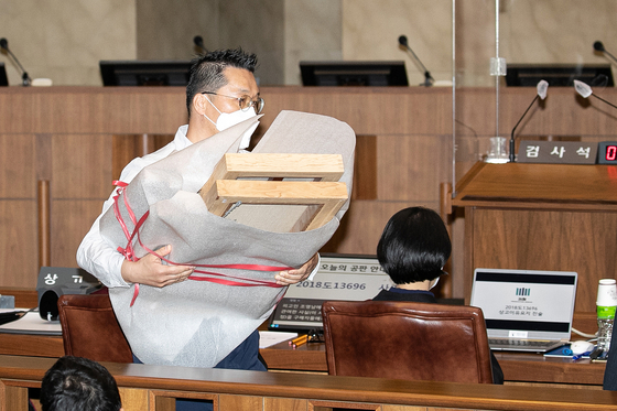 Pieces of Cho Young-nam's artwork being delivered to the courtroom to be used as evidence. [NEWS1]