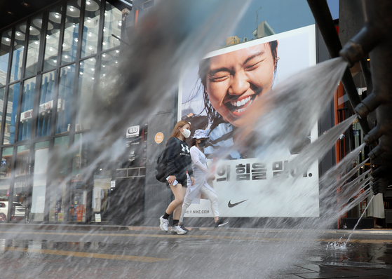 A truck sprinkles water to cool off downtownDaegu on Thursday, as the weather agency issued the first heat wave advisoryof the year. [NEWS1]