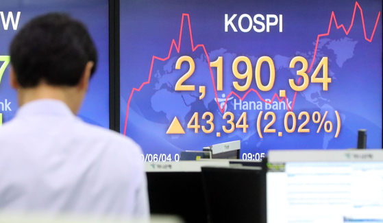 An employee looks at the screen in the dealing room of Hana Bank in Jung District, central Seoul, Thursday. [YONHAP]