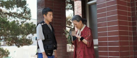 Han-gyeol (played by actor Jeon Bong-seok) sometimes run errands for the old lady, who lives alone without a family. [JIFF]