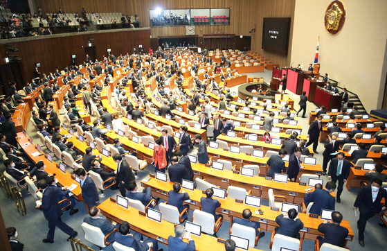 United Future Party lawmakers walk out of a National Assembly session on Friday to protest the ruling Democratic Party's operation of the legislature. [YONHAP]