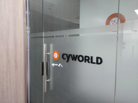 "Social networking site Cyworld's office in Songpa District, southern Seoul, is empty on Thursday. According to the National Tax Service website, the company — once the most popular social network in Korea and one of the first in the world — has been ""closed"" since May 26. But the Ministry of Science and ICT, however, says Cyworld had not filed the mandatory paperwork to cease operations, adding that the company's CEO Jun Je-wan says he does not intend to close down the service. [YONHAP]"
