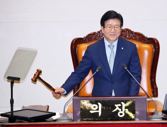National Assembly Speaker Park Byeong-seug bangs the gravel Friday.  [YONHAP]